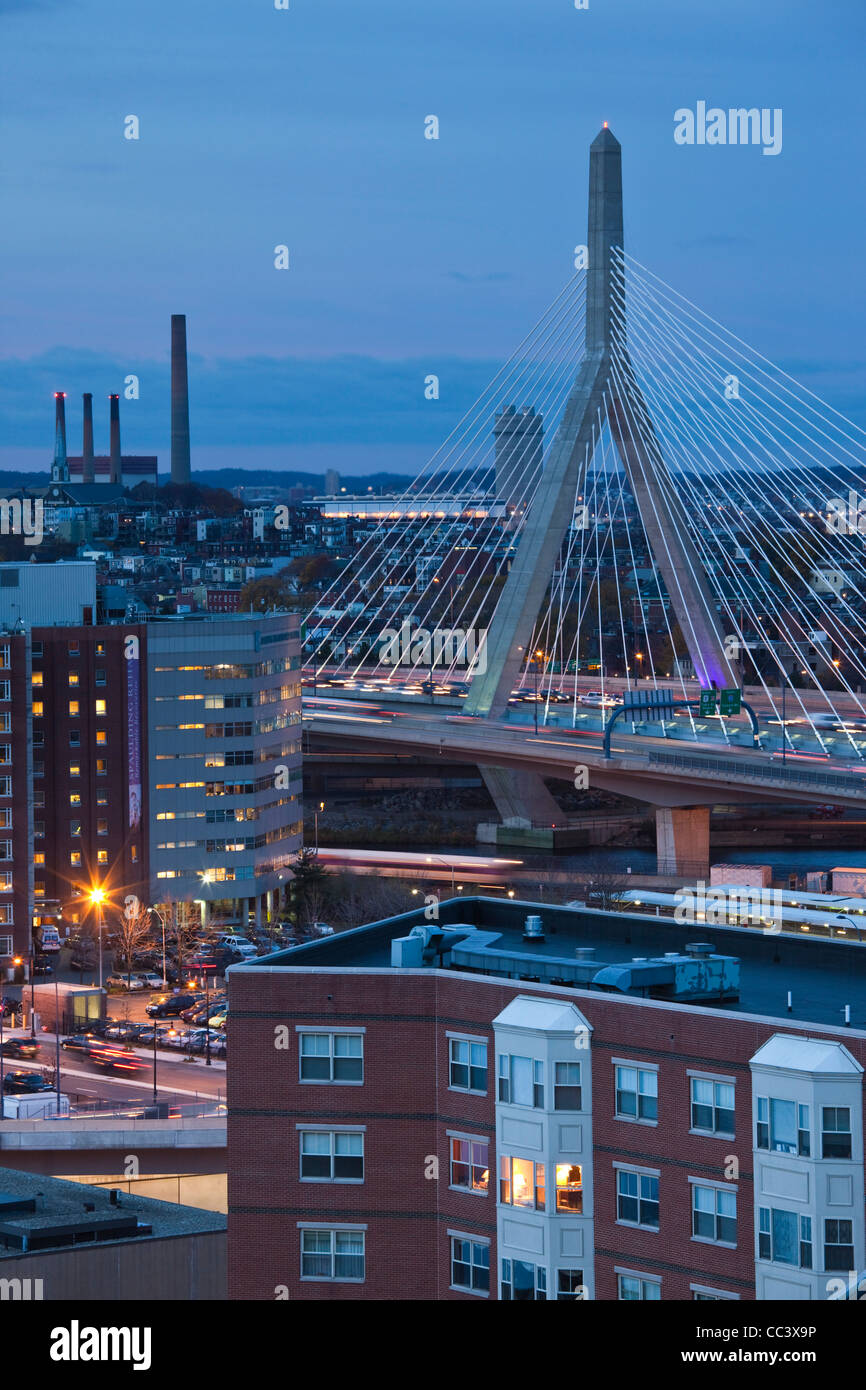 Boston, Massachusetts, EE.UU., Leonard Zakim Bridge, Rt. 93, al anochecer Imagen De Stock