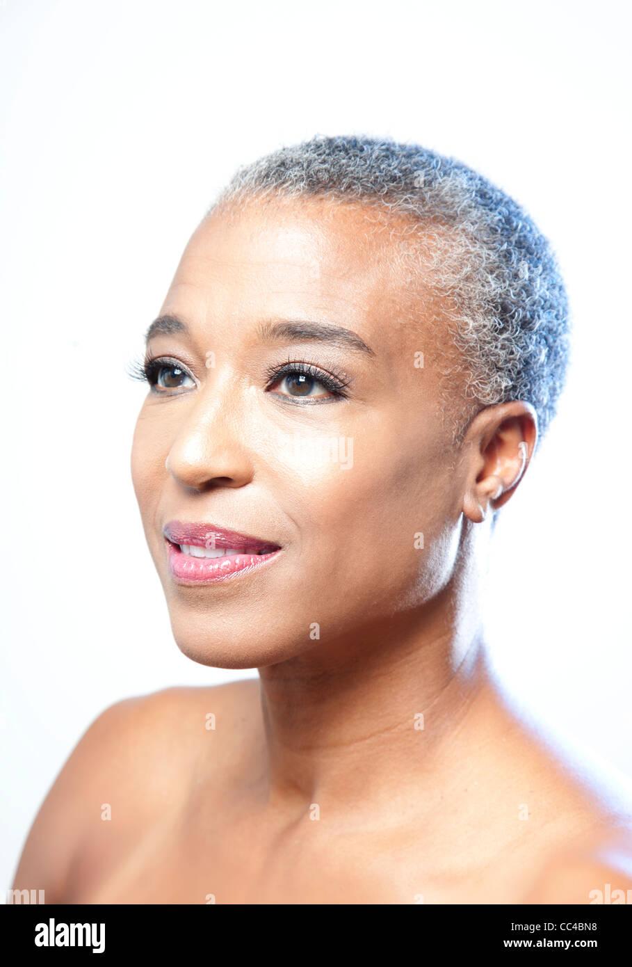 Simple belleza imagen o retrato de una mujer de mediana edad Afroamericanos con cabello gris corto Imagen De Stock