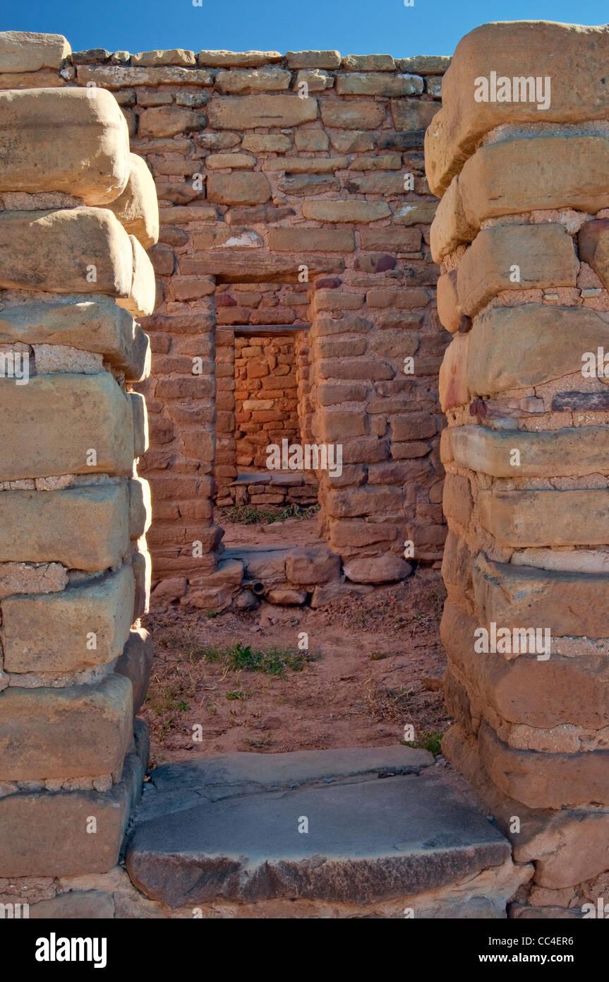 Secuencia de portadas de vista lejana casa lejos a ver sitios complejos, el Parque Nacional Mesa Verde, Colorado, Imagen De Stock