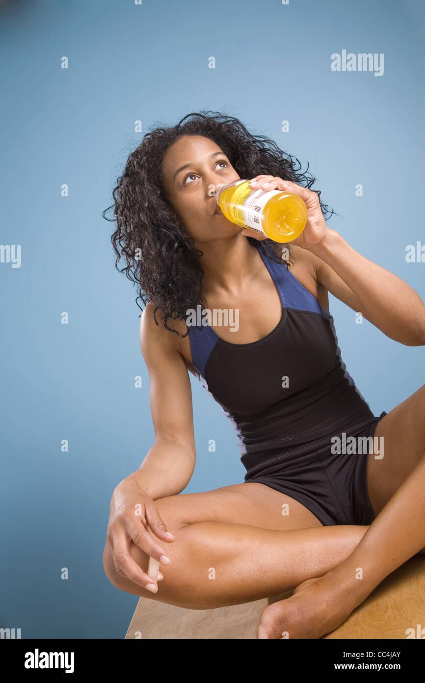 Mujer calmar la sed Imagen De Stock