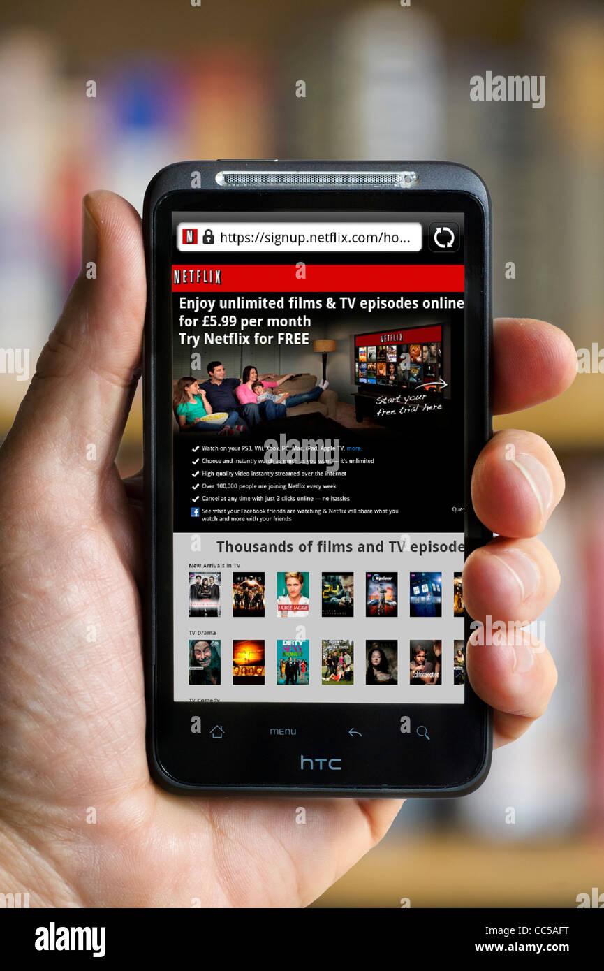 Netflix.com sitio de cine y televisión en el Reino Unido, ver en un smartphone HTC Imagen De Stock