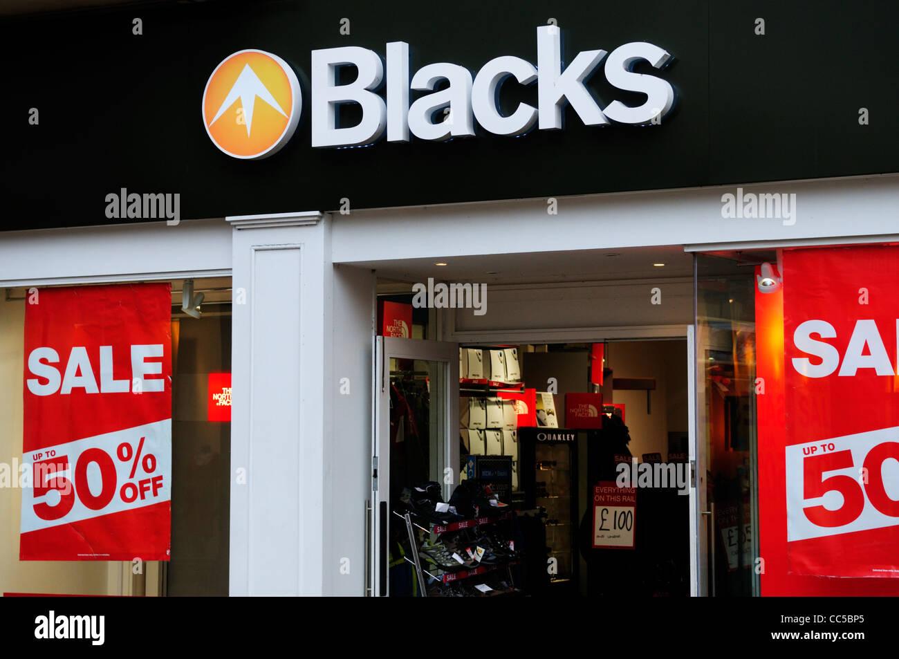 Los negros Outdoor tienda con venta avisos, Cambridge, Inglaterra, Reino Unido. Imagen De Stock