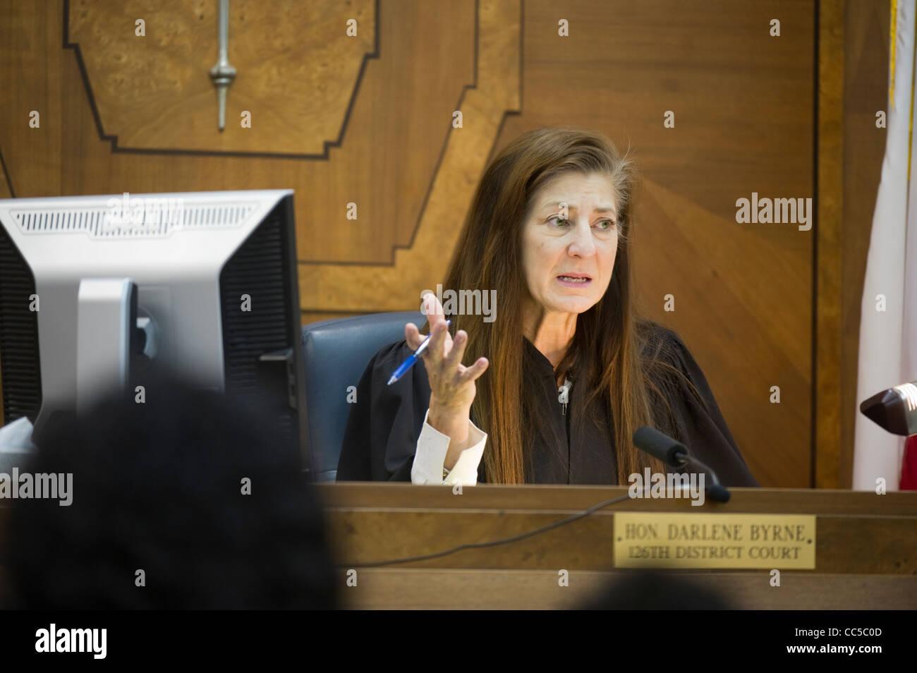 En la Ley de tribunales de familia Justicia Darlene Byrne rutina maneja casos de custodia de menores en su sala Foto de stock