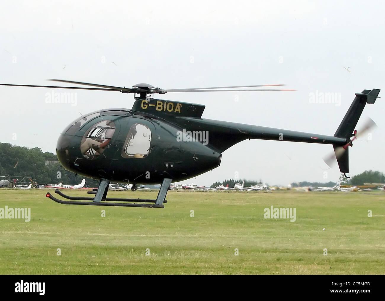 Hughes 500 modelo 369D (G-BIOA, construido 1980) en el Aeródromo de Kemble, Gloucestershire, Inglaterra. Imagen De Stock