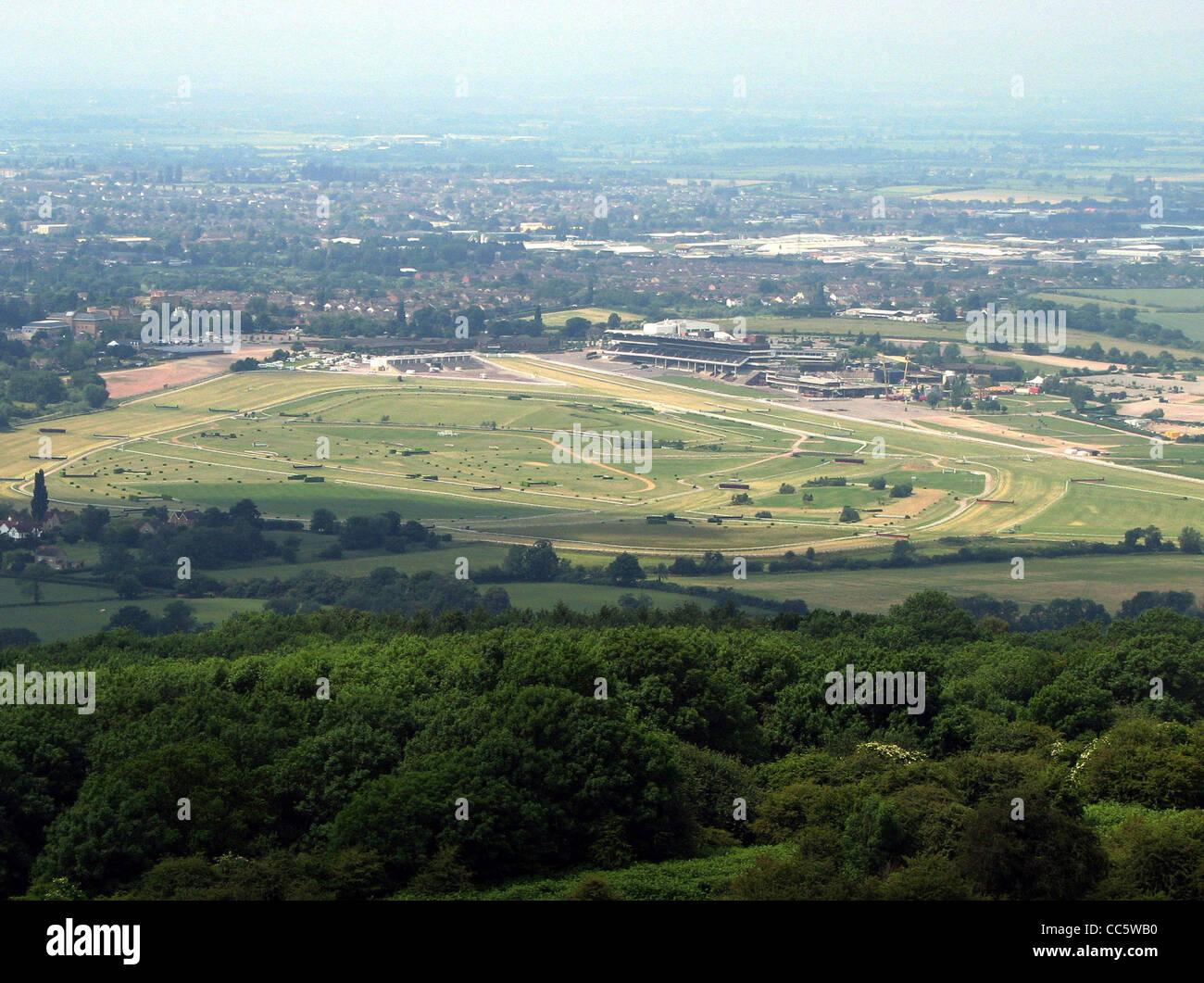 El hipódromo de Cheltenham, Cheltenham, Inglaterra, tomado de Cleeve Hill. La ciudad de Cheltenham es visto Imagen De Stock