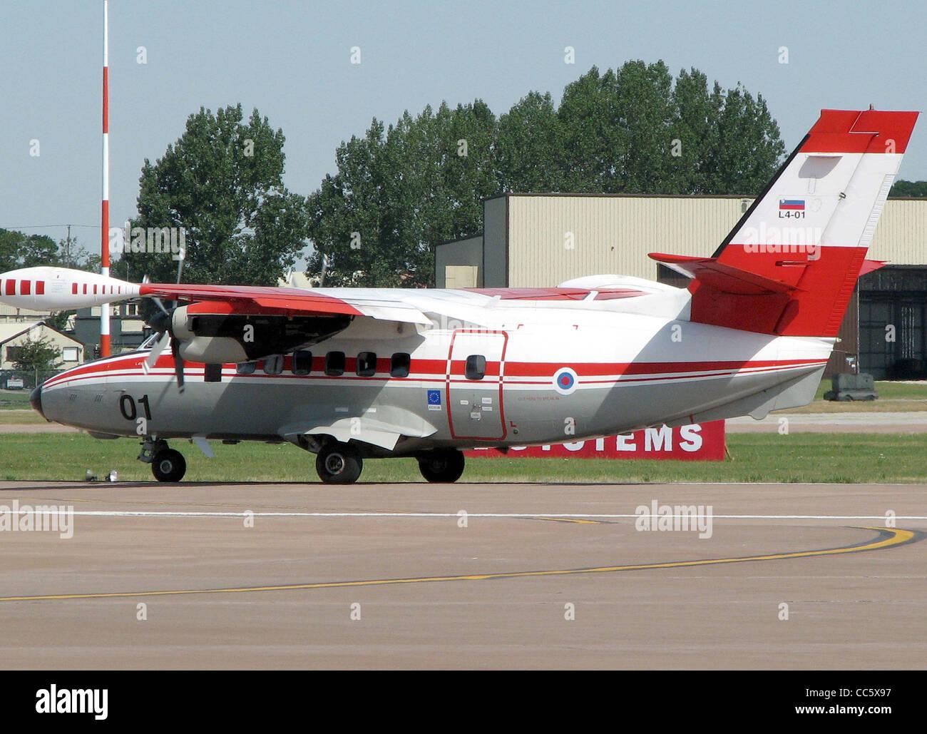 Let L-410UVP-E de las Fuerzas Armadas Eslovenas (identificador L4-01) de rodadura para el despegue en el Royal International Imagen De Stock