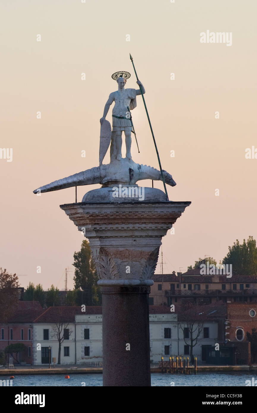 Molo Columna de San Teodoro y del mítico dragón como bestia Foto de stock