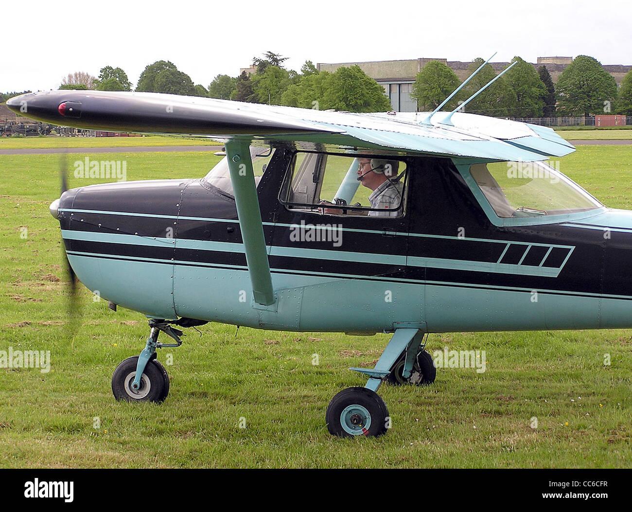 1965 Cessna 150E (G-ATEF) en el aeródromo de Hullavington, Wiltshire, Inglaterra. Imagen De Stock