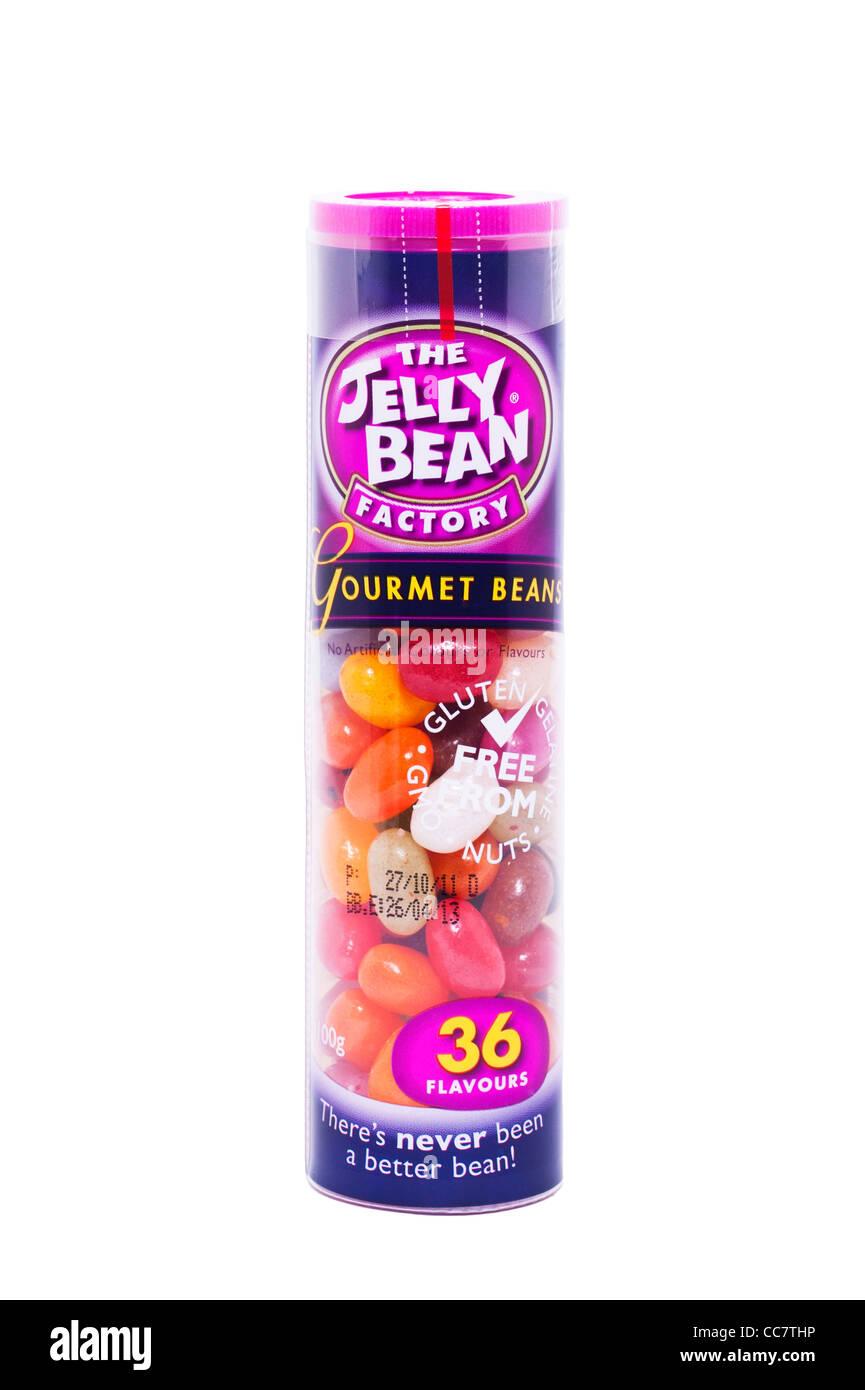 Un tubo de frijoles gourmet dulces de la fábrica de Jelly Bean sobre un fondo blanco. Imagen De Stock