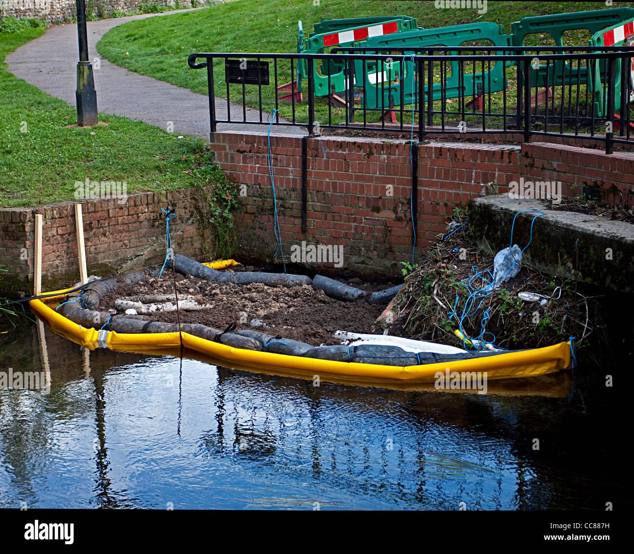Derrame Derrame de petróleo en el río de la contaminación ambiental ...