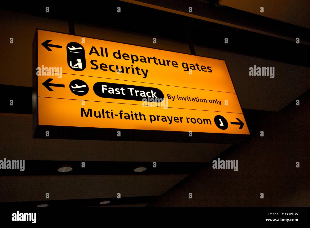 Aeropuerto del Reino Unido sala de oración multiconfesional firmar Imagen De Stock