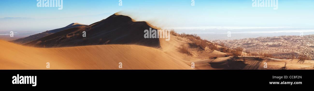 Tormenta de arena en el desierto del parque nacional Emel Altyn-, Kazajstán Imagen De Stock