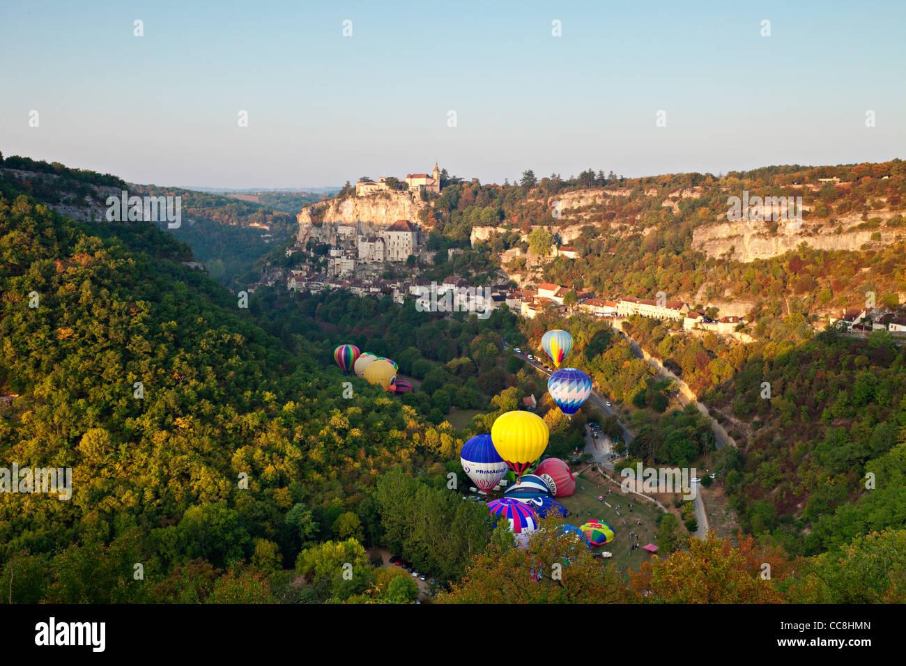Los globos de aire caliente (montgolfieres) en Rocamadour temprano en la mañana. Imagen De Stock