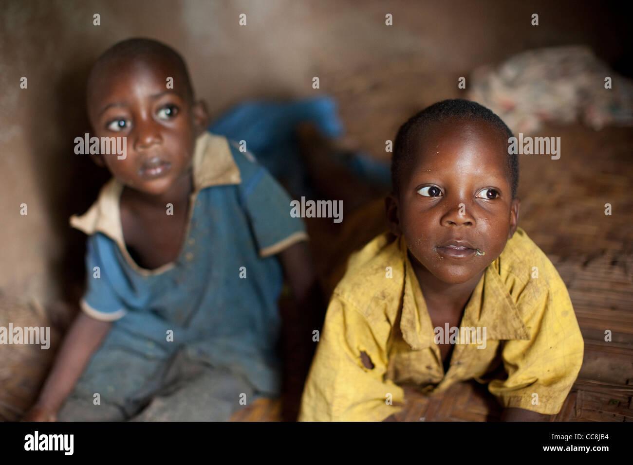 Los niños en casa de Masaka, Uganda, África Oriental. Imagen De Stock