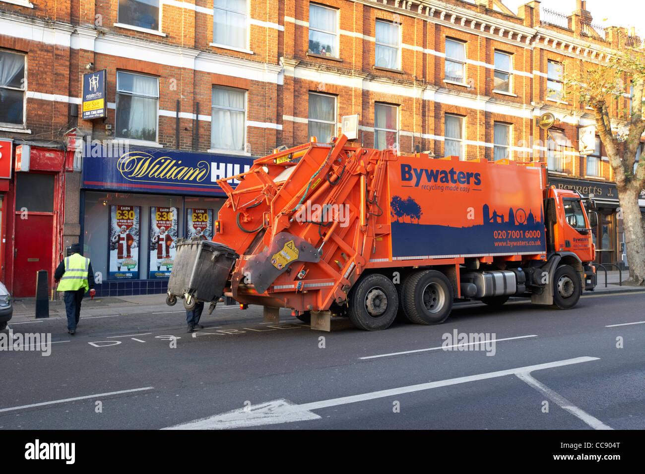 Gestión de residuos Reciclaje bywaters carretilla bin vaciando Londres England Reino Unido Reino Unido Imagen De Stock