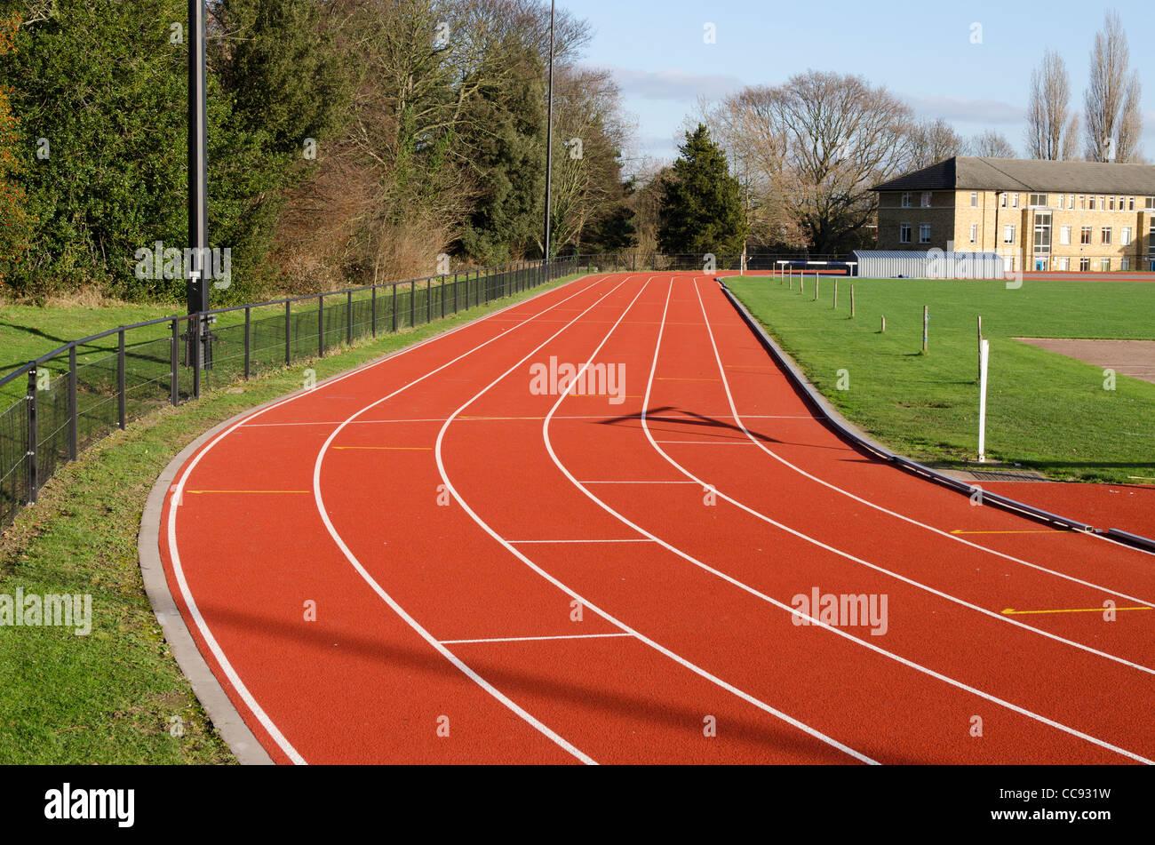 Curva de la pista de atletismo de St Mary's University College, en Twickenham, Londres, Gran Bretaña. Imagen De Stock