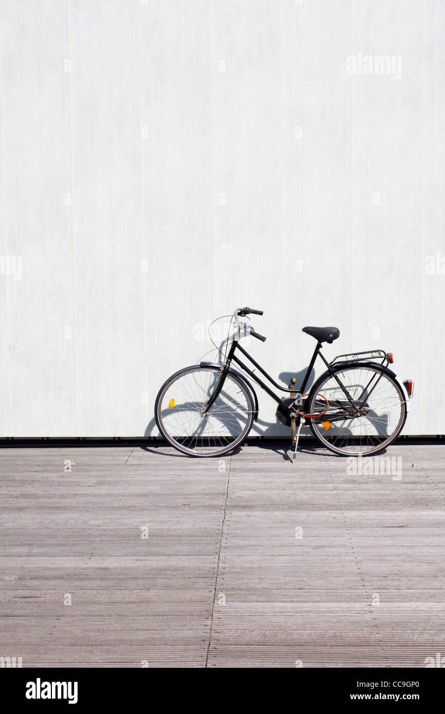 Una bicicleta recostada en una pared. Imagen De Stock