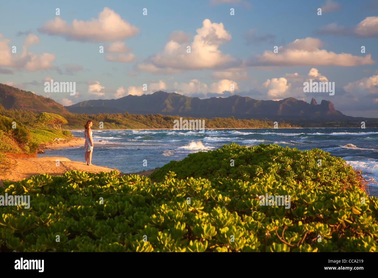 Un visitante en Nukoli'i Beach, también conocido como cocinas, Playa de Kauai, Hawaii. (Modelo liberado) Foto de stock