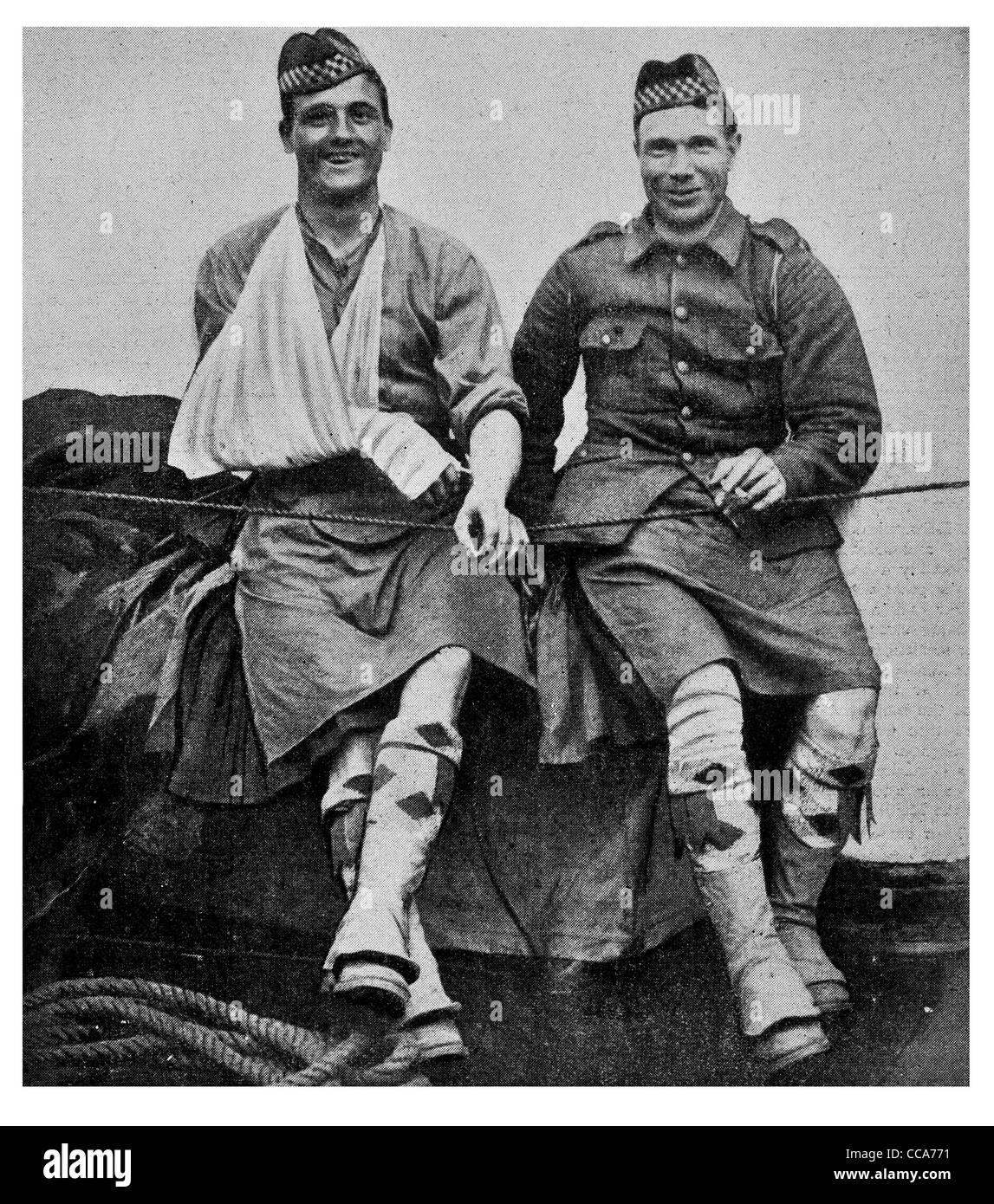 1914 sonriendo valentía heridos héroes Highlander Canal Inglés vaporera barco de transporte uniforme falda escocesa Scottish inicio ayuda Foto de stock