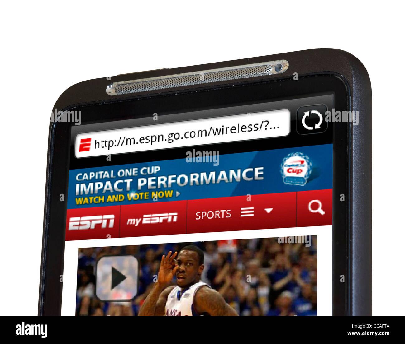 Mirando el ESPN Sports website en un smartphone HTC Imagen De Stock