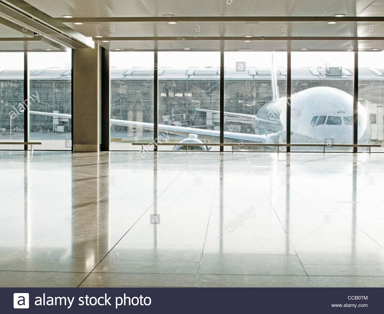 Visto a través de la ventana del avión en la terminal del aeropuerto Imagen De Stock