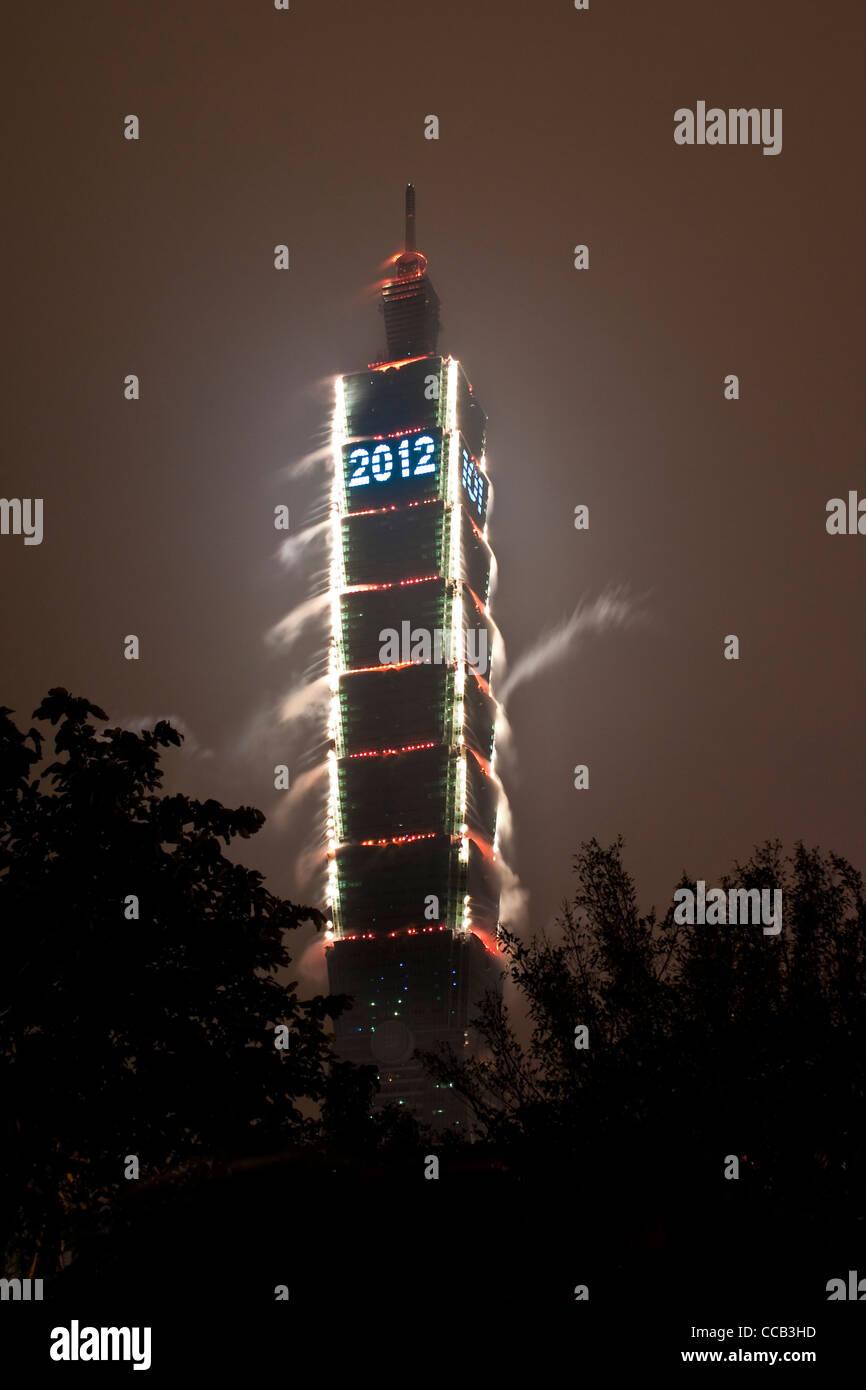 Taipei 101 fuegos artificiales durante las celebraciones de Año Nuevo 2012 Imagen De Stock
