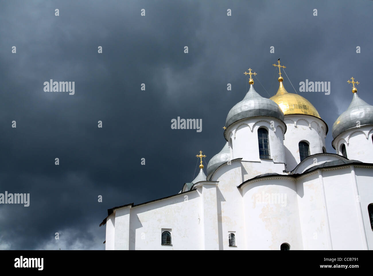 Iglesia ortodoxa cristiana sobre el fondo nublado Foto de stock