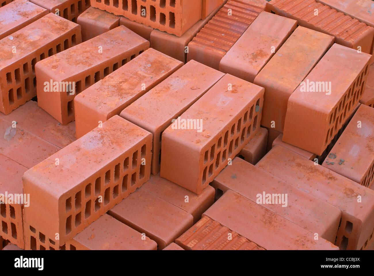 Silicato de ladrillos rojos con aberturas en la construcción. Imagen De Stock