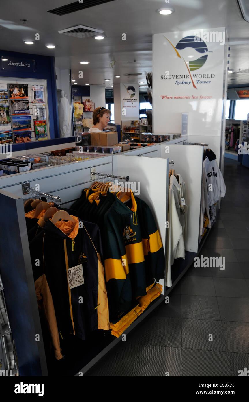 59cbd0ffb63df Souvenirs y ropa a la venta en la tienda mundial de souvenirs en la  visualización de conducto en la Torre de Sydney en Sydney