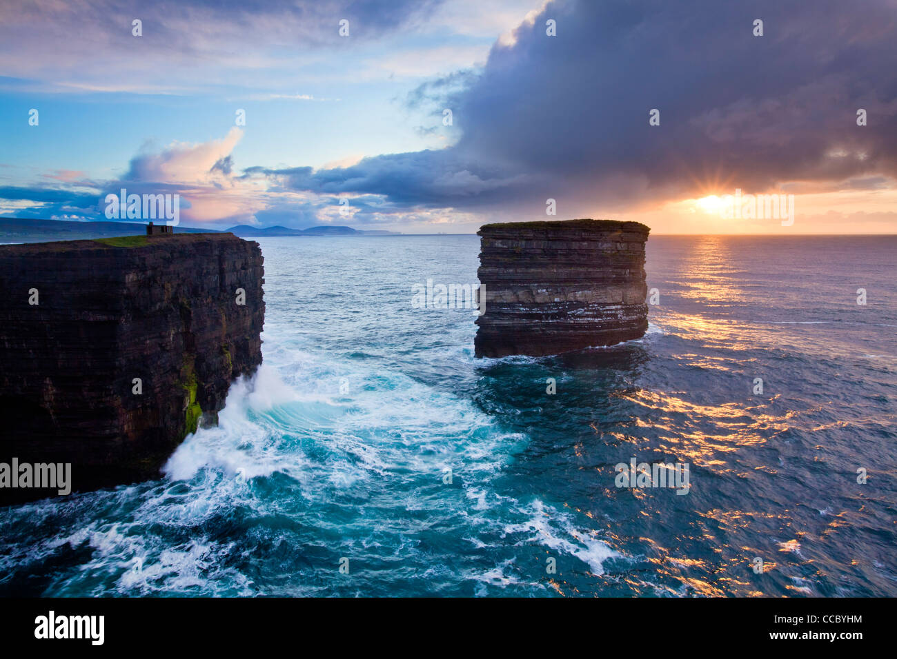 Atardecer en el seastack Briste de Dun, cabeza de Downpatrick, en el condado de Mayo, Irlanda. Foto de stock