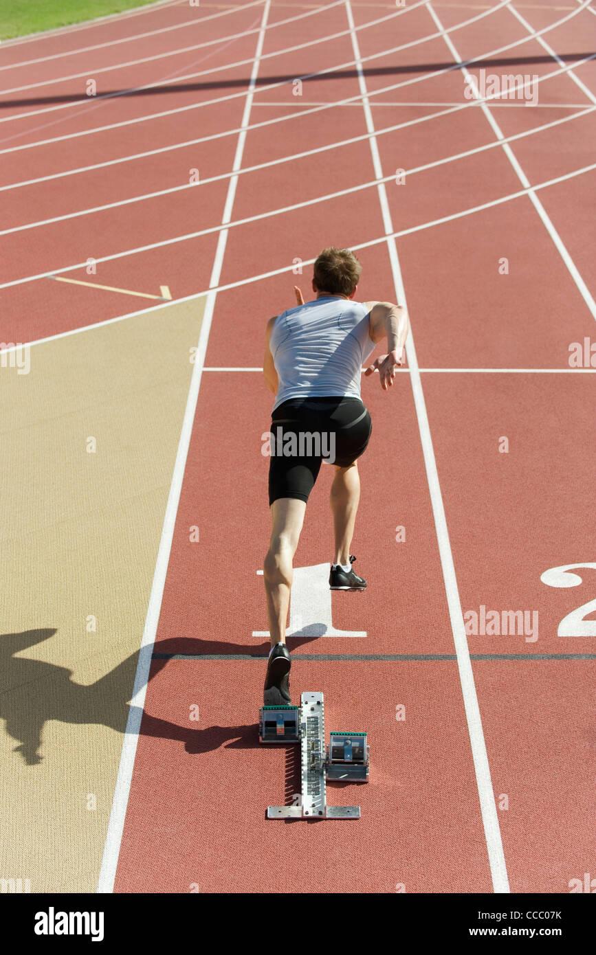 Hombre corriendo en la pista, vista trasera Imagen De Stock