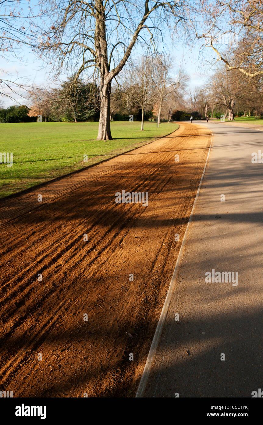 Una pista de atletismo no utilizados en un parque al sur de Londres. Imagen De Stock