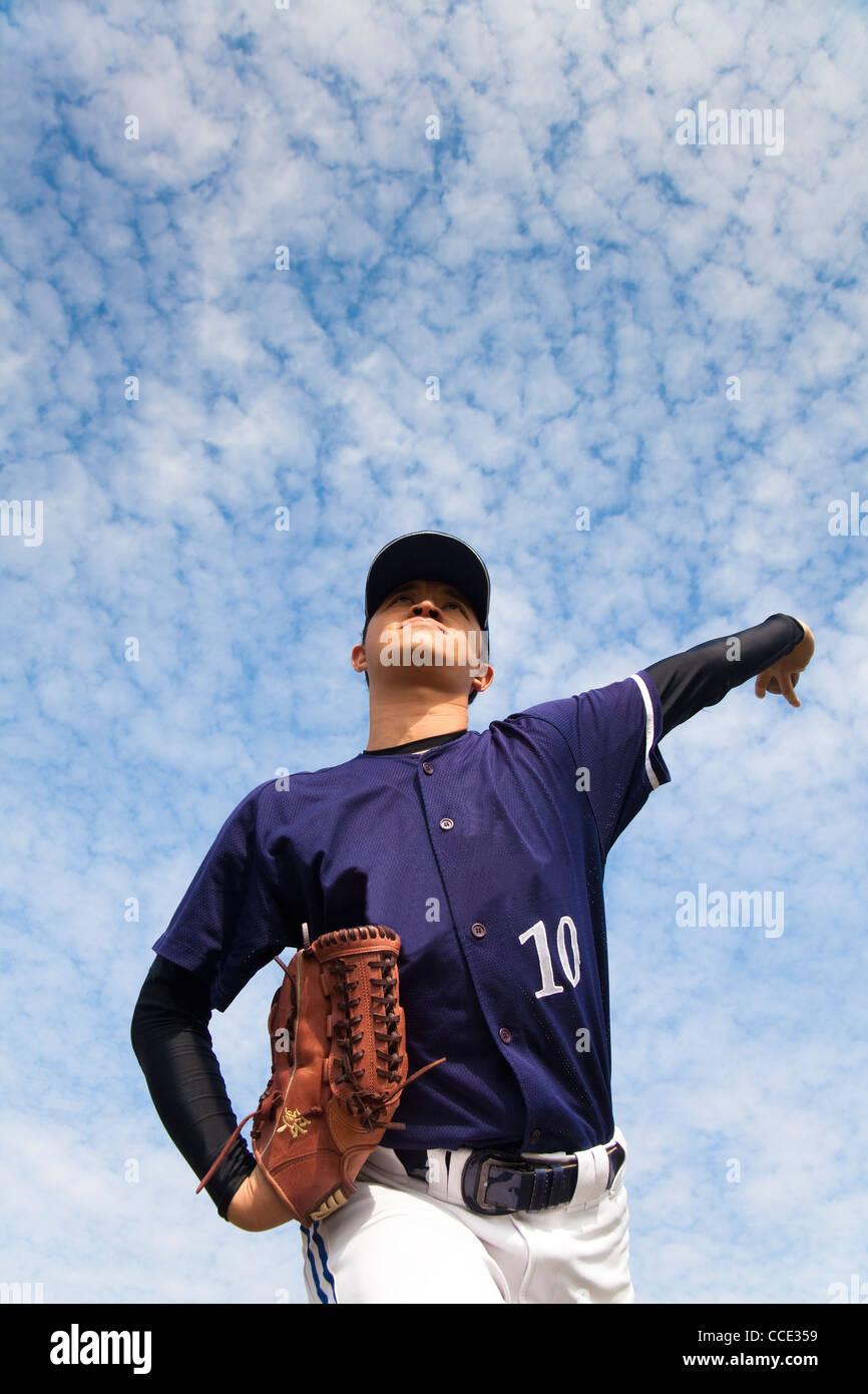 Lanzador de béisbol con cloud backgroung Foto de stock