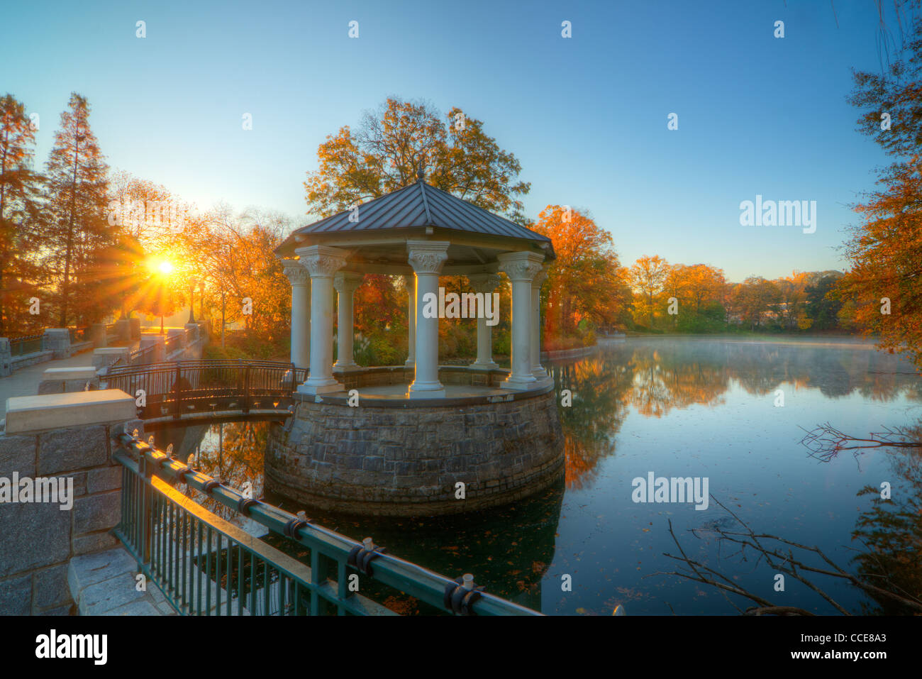 Pabellón al lago Meer en el parque Piedmont en Atlanta, Georgia. Imagen De Stock