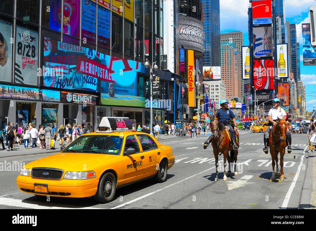 La policía montada y Taxi en Times Square, Nueva York Imagen De Stock