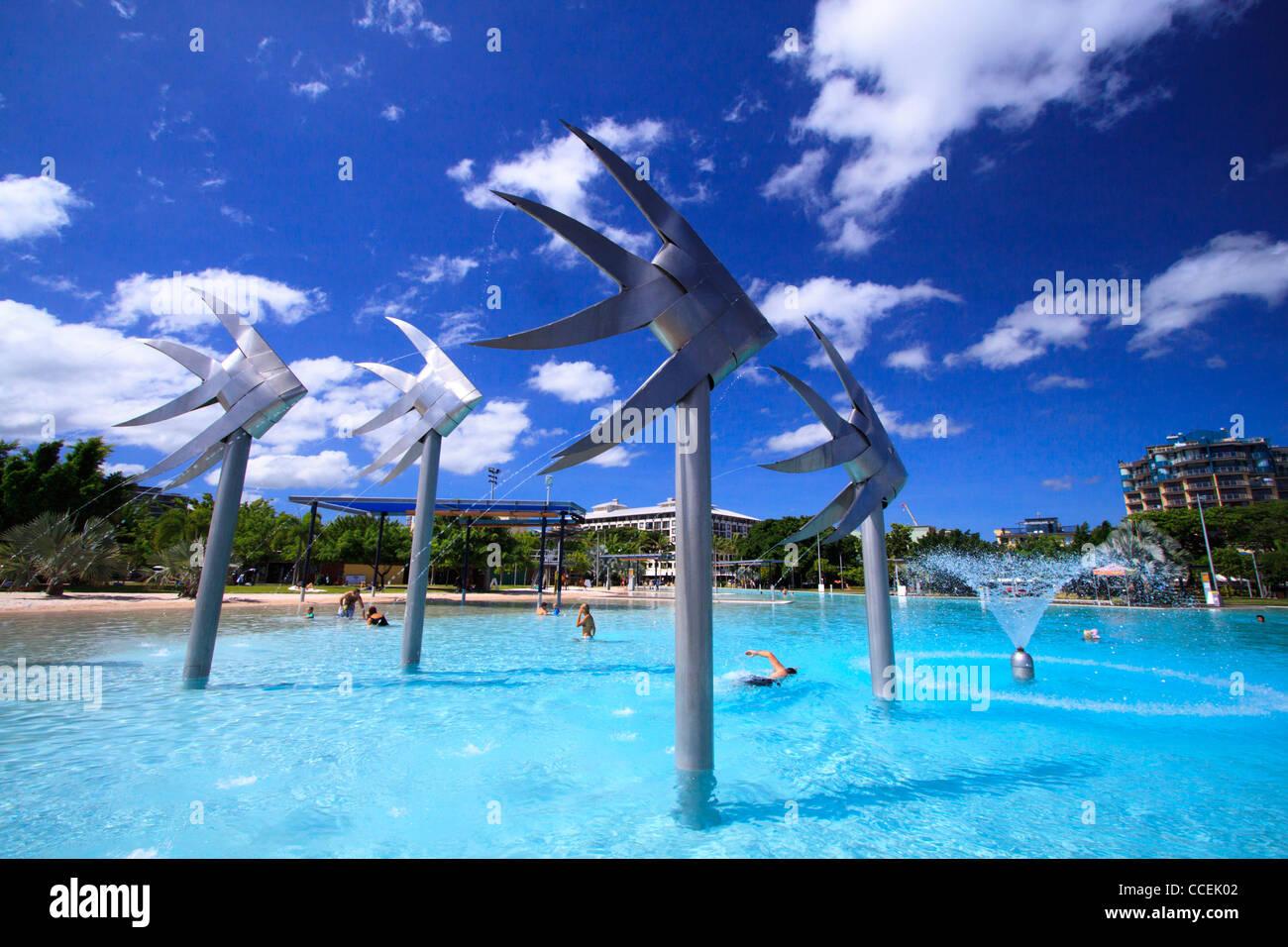 Las gigantescas estatuas de pescado son una característica conocida de Cairns Esplanade Lagoon. Far North Queensland, Imagen De Stock