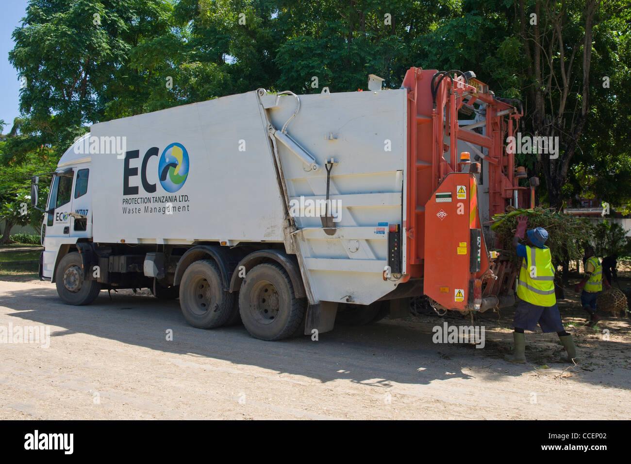 Camión recolector de basura la recolección de desechos en Dar es Salaam Tanzania Imagen De Stock