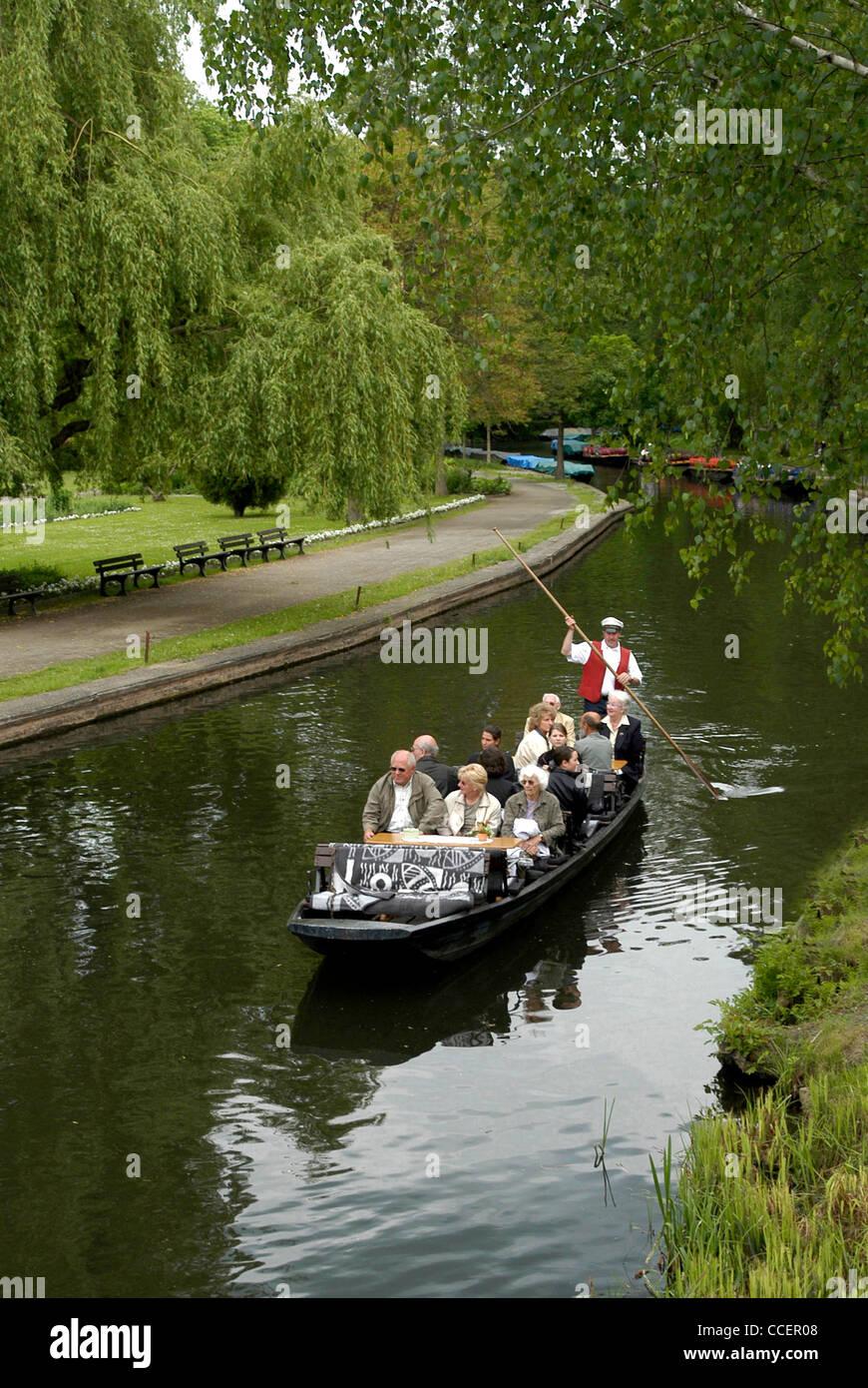 Viaje en barco en el Spreewald cerca Luebbenau. Imagen De Stock