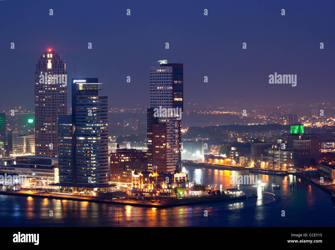 En la noche del horizonte de Rotterdam Imagen De Stock