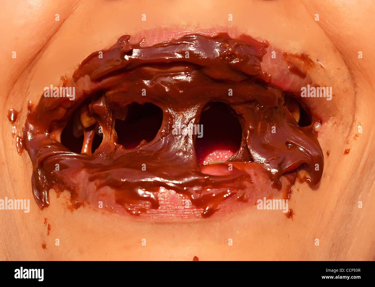 Señora con la boca llena de chocolate Imagen De Stock