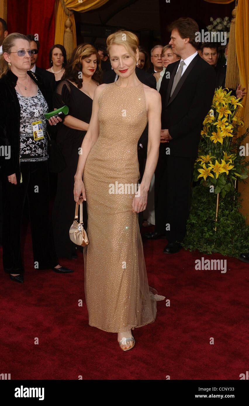 Feb 29, 2004; Hollywood, CA, EE.UU.; Oscars 2004: La actriz Patricia Clarkson llegando en la 76ª Anual de los Premios de la Academia, que se celebró en el Teatro Kodak. Foto de stock