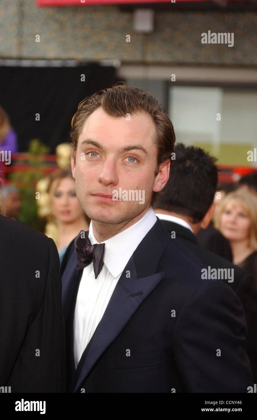 Feb 29, 2004; Hollywood, CA, EE.UU.; Oscar 2004: el actor Jude Law llegando en la 76ª Anual de los Premios de la Academia, que se celebró en el Teatro Kodak. Foto de stock