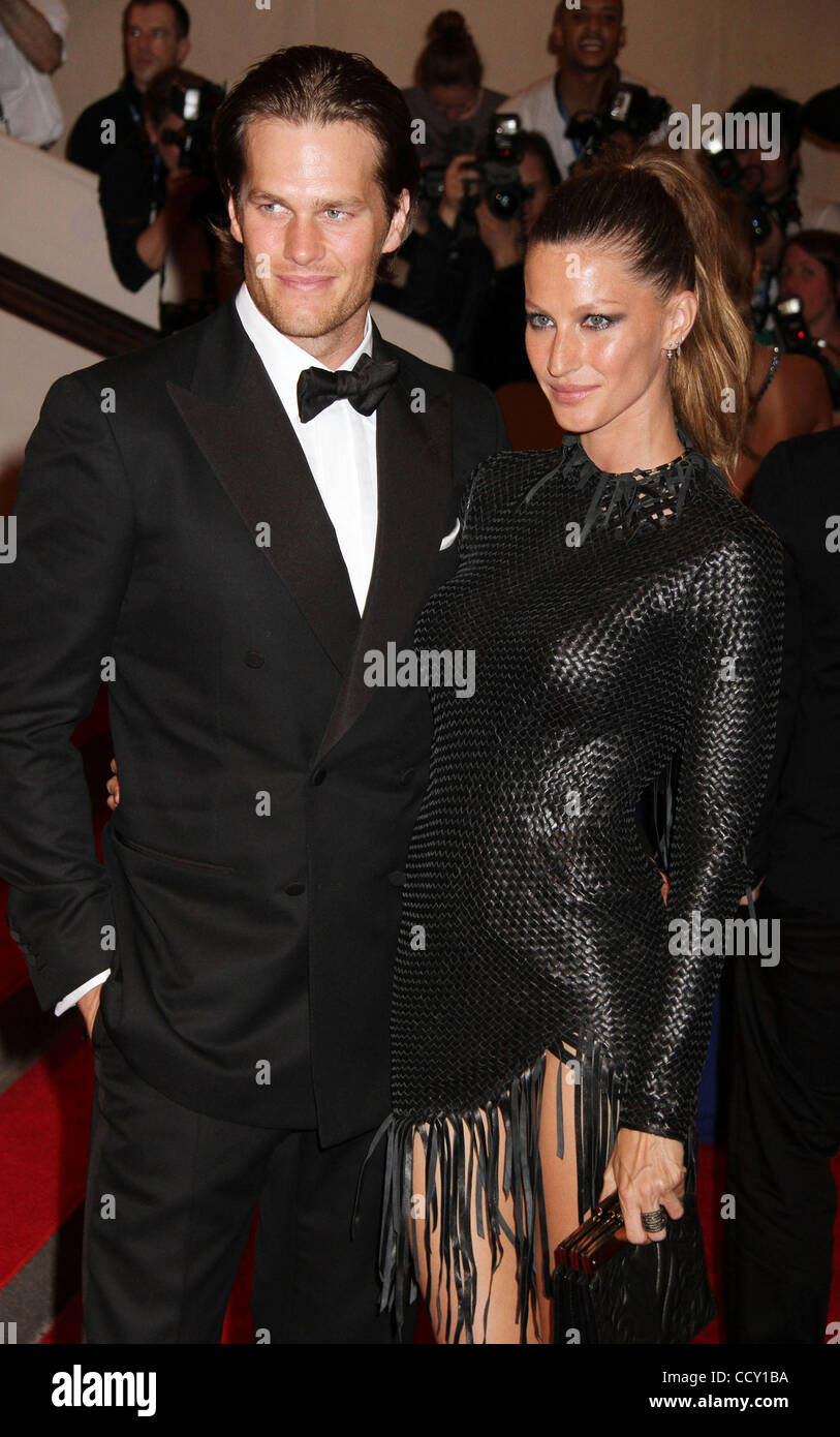 Jugador de fútbol americano Tom Brady y Gisele Bundchen modelo asistir a la  del Metropolitan Museum of Art Costume Institute Gala beneficio para la ... 9c7d012bb4bc4