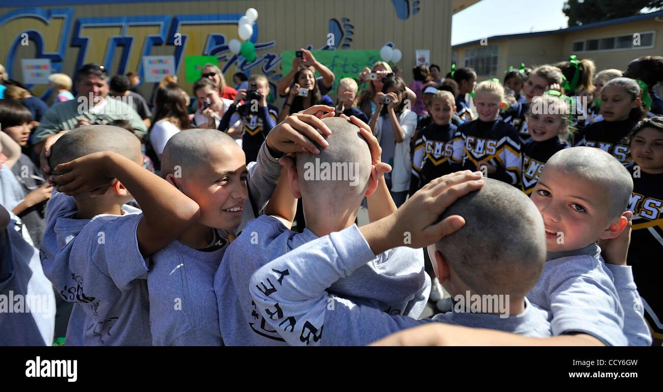 LONG BEACH, California. -- Cubberly estudiantes de primaria, incluyendo Alo Rosales-McEnroe, izquierda, abrazar Foto de stock