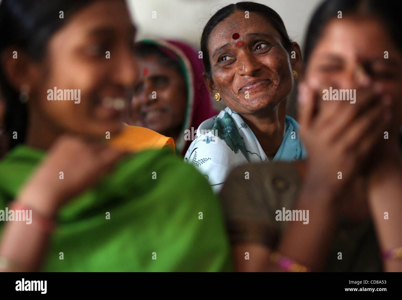 Oct 10, 2008 - Saundatti, India - un antiguo ex-mujer Devadasi sonríe durante una reunión del grupo de autoayuda Foto de stock