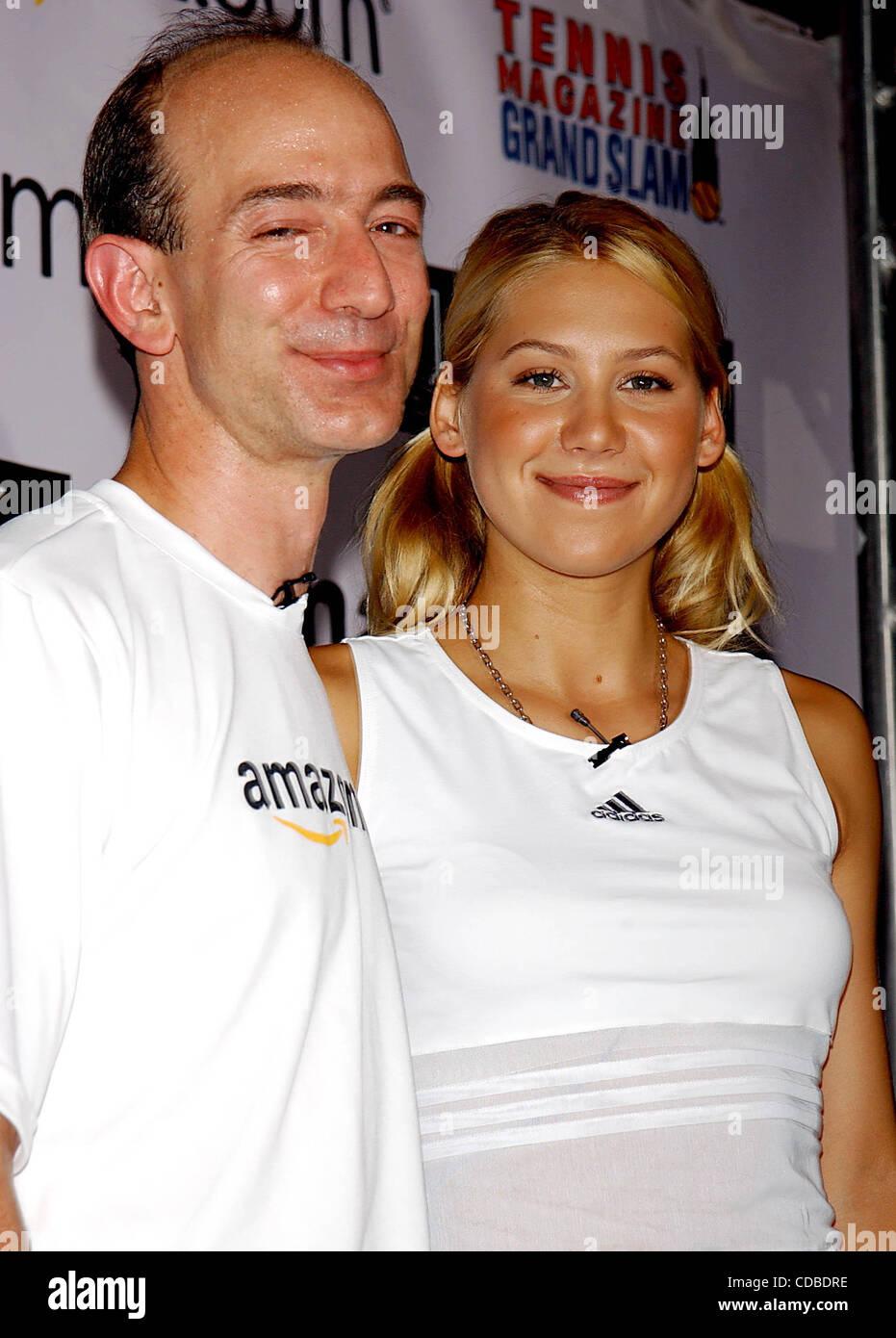 K32368AR.Anna Kournikova y Jeff Bezos (AMAZON.COM) .Presentar ANNA'S NUEVO SUJETADOR DEPORTIVO, .''Amortiguador''.EN LA REVISTA DE TENIS; .GRAND SLAM TENNIS DURANTE TODO EL DÍA .festival celebrado en GRAND CENTRAL TERMINAL DE VANDERBILT Hall de Nueva York, Nueva York. .22/08/2003. / 2003(Crédito Imagen: © Andrea Renault Foto de stock