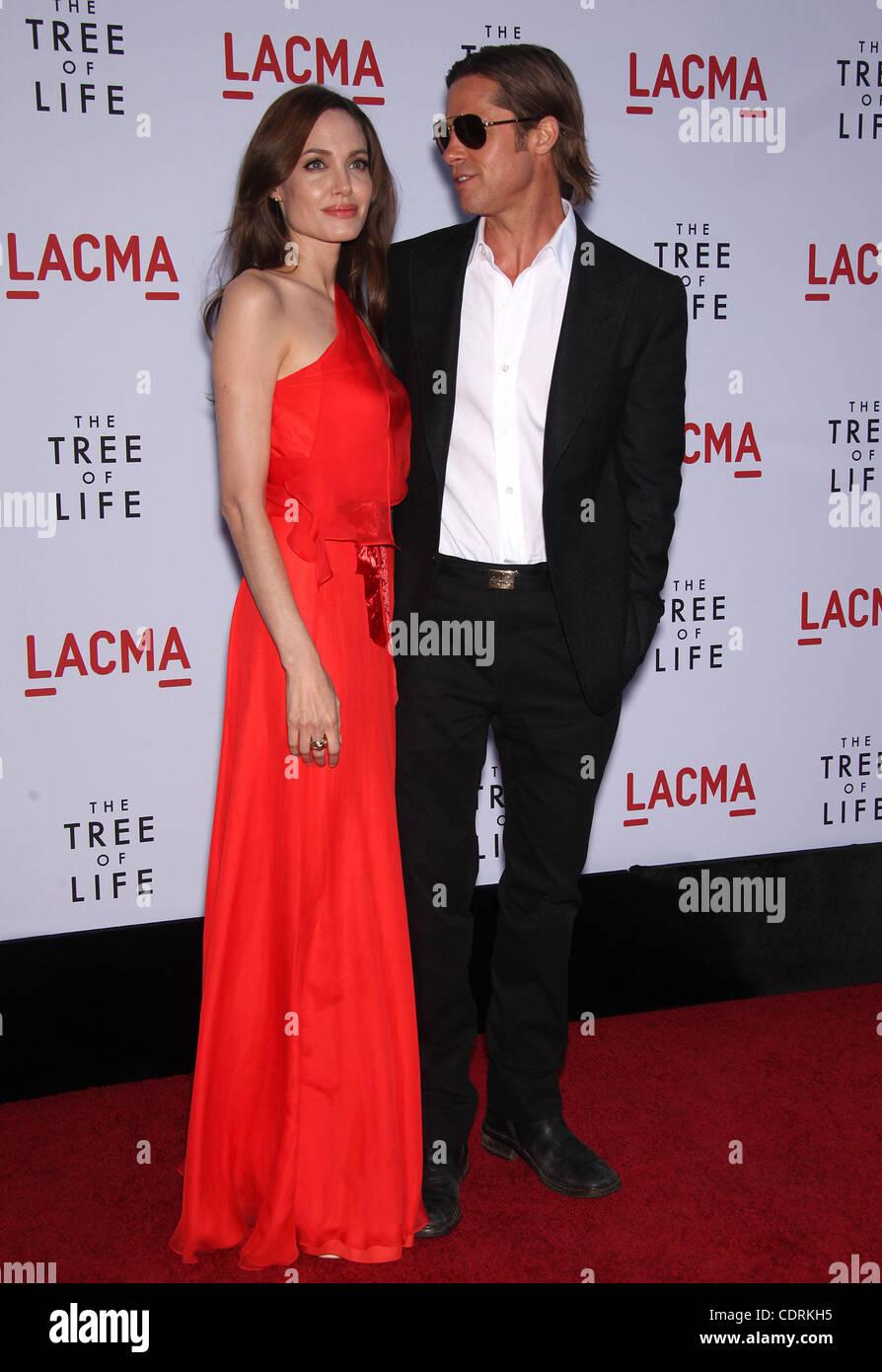Mayo 24, 2011 - Los Angeles, California, EE.UU. - Angelina Jolie y Brad Pitt llega para el estreno de la película Foto de stock