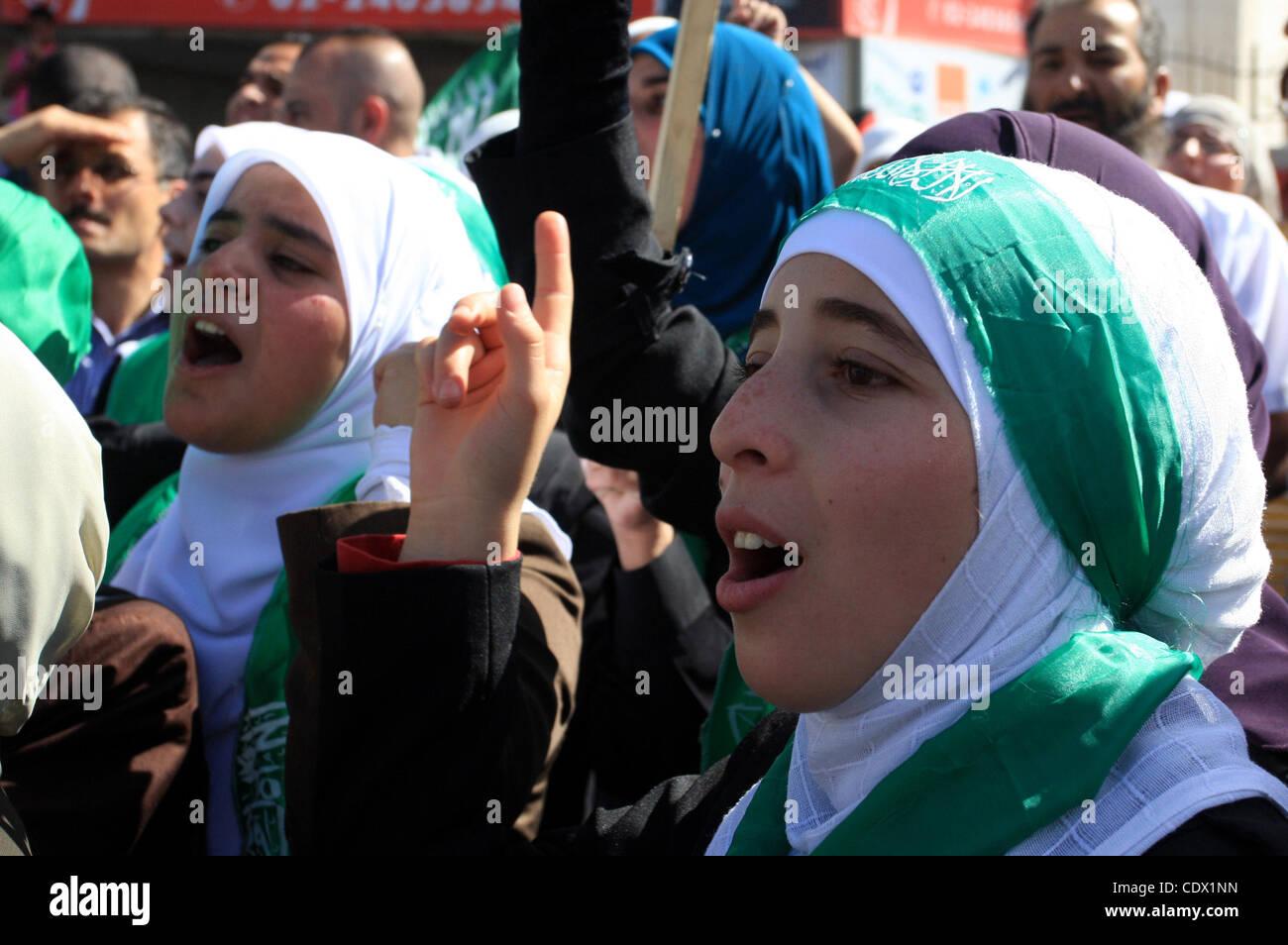 Octubre 18, 2011 - Ramallah, Ribera Occidental, Territorio Palestino - presos palestinos liberados son bienvenidos a casa de sus amigos y familiares a su llegada en Ramallah, en la Ribera Occidental, el 18 de octubre de 2011. 477 presos palestinos fueron liberados el 18 de octubre de 2011 a cambio de la liberación de Gilad Shal Foto de stock