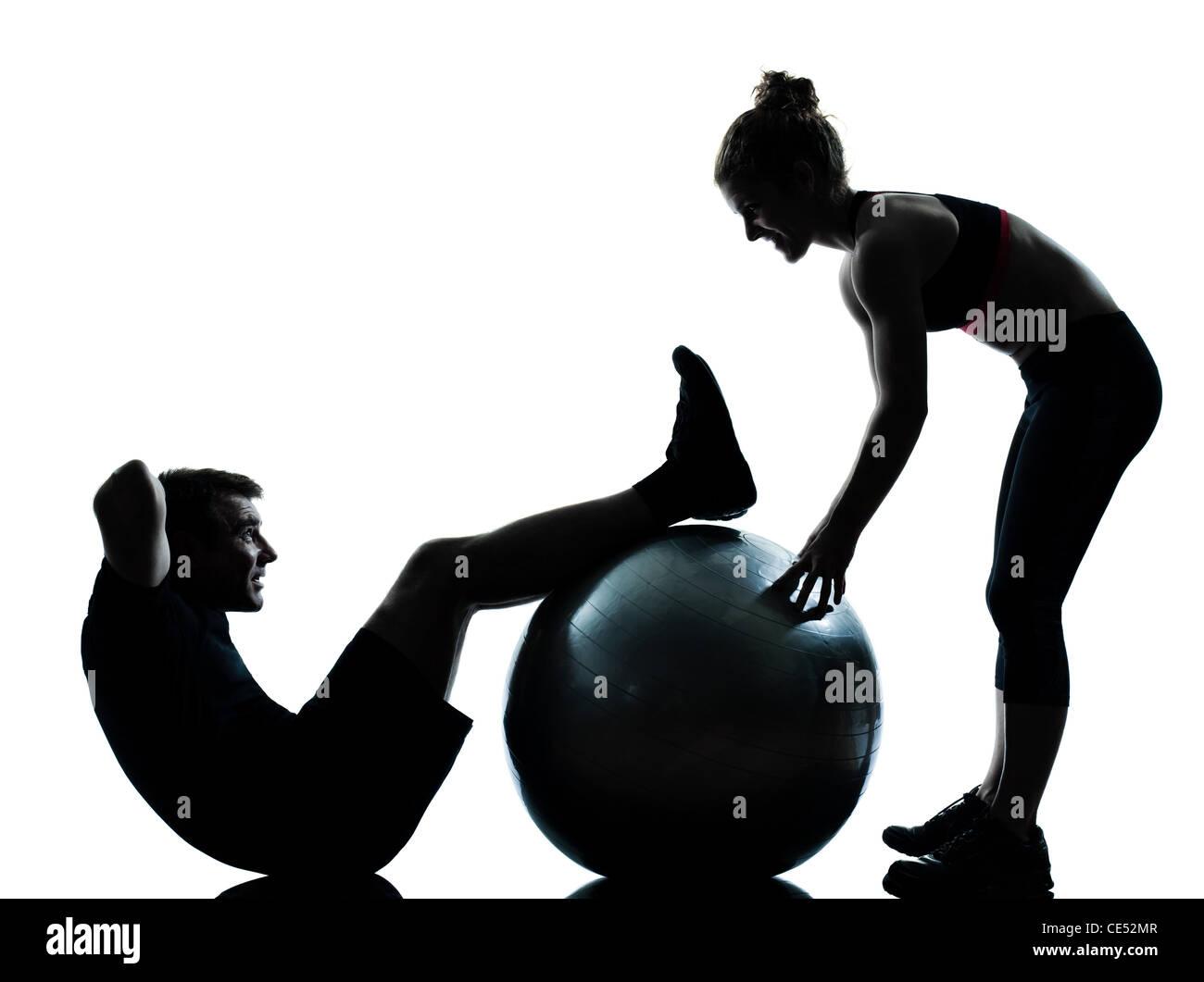 Una pareja hombre mujer el ejercicio de entrenamiento de gimnasia aeróbica  la postura de longitud completa 4416e138977f