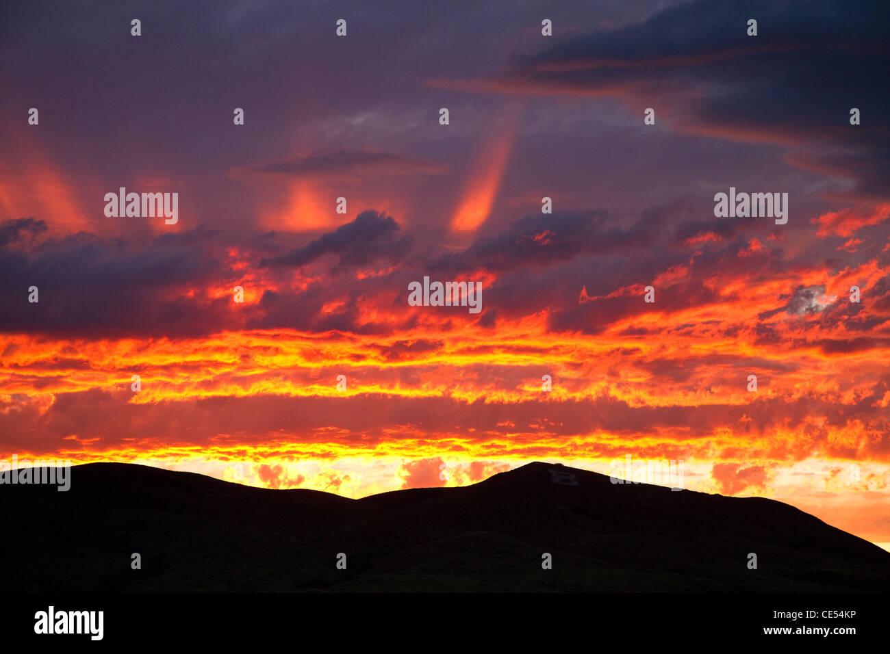 Puesta de sol a lo largo de la Interstate 15, cerca de Dillon, Montana, EE.UU. Imagen De Stock